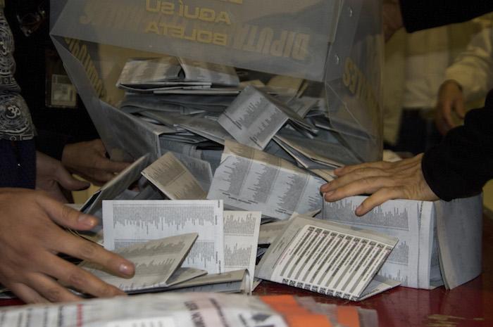 CIUDAD DE MÉXICO, 05JUNIO2016.- Tras las seis de la tarde las casillas instaladas en la capital de país cerraron sus puertas para iniciar con el conteo de votos emitidos para la elección de la Asamblea Constituyente. En una casilla de la delegación Cuauhtémoc se registro una participación de más de 200 votantes dejando más de 600 boletas anulados. FOTO: GALO CAÑAS /CUARTOSCURO.COM